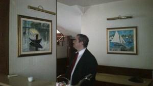 Manuelo santangelo direttore hotel CRISTALLO TORINO contempla l'opera di Vanni Novara, omaggio a Moné